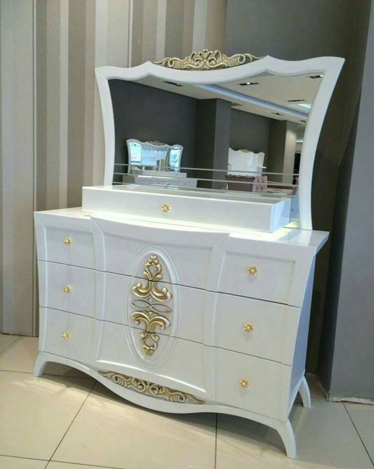 Amazing chambre a coucher rose et blanc meubles et for Coiffeuse meuble en anglais